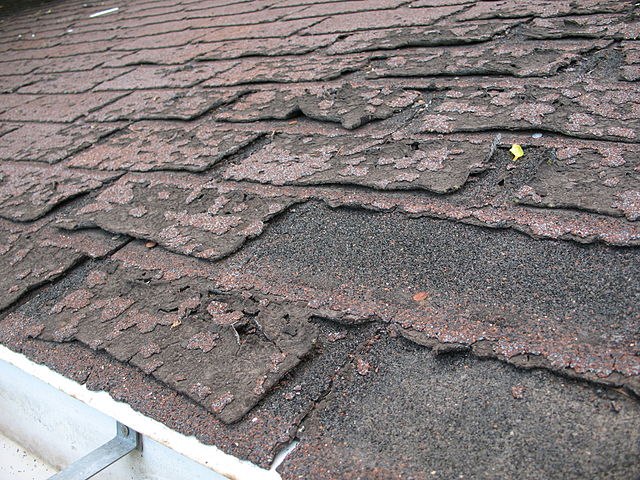 640px-Failure_of_asphalt_shingles_allowing_roof_leakage